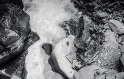 B/W强有力的瀑布小河顶视图 库存图片