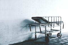 B&W κινηματογράφηση σε πρώτο πλάνο ενός νοσοκομειακού κρεβατιού, κινητό νοσοκομειακό κρεβάτι στοκ εικόνα
