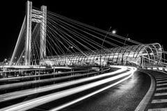 B&W-Brücke - Basarab-Überführung nachts stockbild