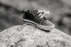 B&W de chaussure sur une roche Photographie stock libre de droits