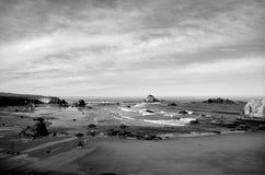 B&W de la playa del punto de Coquille, parque de Kronenberg, Bandon, el condado de Coos, Oregon foto de archivo libre de regalías