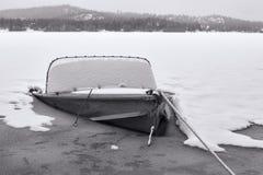 B&W de vieux bateau en partie coulé photos libres de droits
