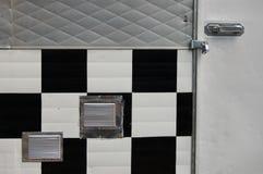 B&W-fyrkanter på dörr för låsta Portland, Oregon matvagn Arkivbild