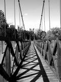 B/W houten voetgangersbrug Stock Afbeelding