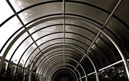 B/w Kreisbogentunnel des Metalls und der Fenster Stockfoto