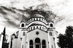 B&W le catedral chrétien de Sava de saint avec le ciel nuageux bleu photos stock