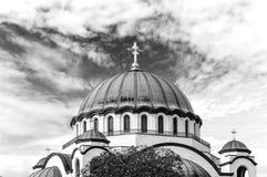 B&W le dessus de catedral chrétien de Sava de saint avec le ciel nuageux images libres de droits