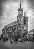 B&W Mariacki教会在克拉科夫,波兰 免版税库存照片