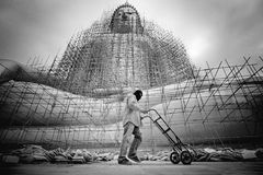 B&W odświeżania duży Buddha w świątynnym Tajlandia Obraz Royalty Free