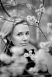 B/w Portrait eines Mädchens mit Blumen Lizenzfreies Stockfoto