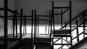 B&W-Stapel alte Schreibtische auf der Treppenplattform Lizenzfreies Stockbild
