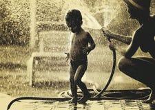 B-/Wfoto von Mutter-, Sohn- und Wassertropfen Stockfoto