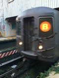 B-Zug, der Brighton Beach Subway Station verlässt Stockbilder