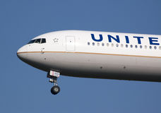 B767 united airlines landing Stock Images