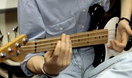 Baß-Gitarre lizenzfreie stockbilder