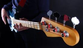 Baß-Gitarrenspieler Stockfoto