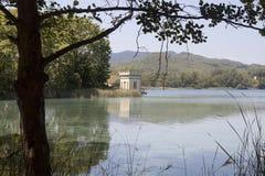 Bañolasmeer en een toren royalty-vrije stock afbeeldingen