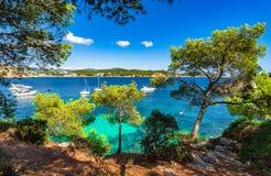 Baía bonita com os barcos na costa na ilha de Majorca, Espanha Imagem de Stock Royalty Free