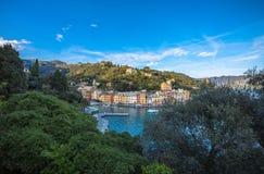 A baía bonita da aldeia piscatória de Portofino, porto luxuoso, costa Ligurian perto de Genoa, Itália imagens de stock royalty free