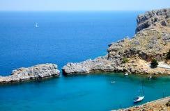 Baía bonita da montanha na ilha de Rhodos fotos de stock royalty free