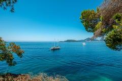 Baía bonita do mar no verão Iate na perspectiva da ilha imagem de stock