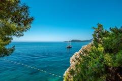 Baía bonita do mar no verão Iate na perspectiva da ilha de St Stefan Adriatic Sea montenegro foto de stock