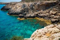 Baía bonita em mediterrâneo luz-azul de Chipre Foto de Stock