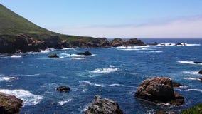 Baía bonita pequena no Big Sur, Califórnia, EUA imagens de stock