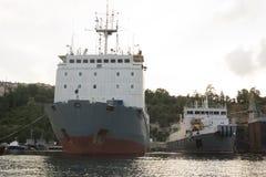 Baía com navios amarrados, a inscrição-Setun de Sevastopol imagens de stock royalty free