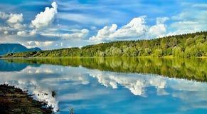 A baía com um espelho no nível de água na represa de Liptovska Mara imagem de stock royalty free