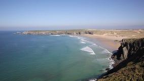 Baía Cornualha de Holywell com mar e as ondas azuis filme