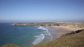 A baía Cornualha norte de Holywell com ondas encalha e costeia vídeos de arquivo