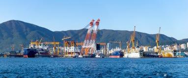 Baía da construção naval de Daewoo e da Marine Engineering DSME na cidade de Okpo fotos de stock
