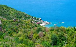 A baía da ilha de Koh Chang com o mar azul em Tailândia Fotos de Stock