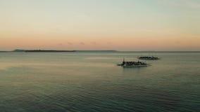 Baía da ilha tropical durante o nascer do sol vídeos de arquivo