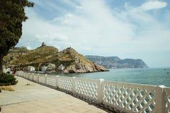 A baía de Balaklava e as ruínas do cembalo Genoese da fortaleza Balaklava, Crimeia Seascape bonito imagens de stock