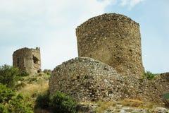 A baía de Balaklava e as ruínas do cembalo Genoese da fortaleza Balaklava, Crimeia Seascape bonito imagem de stock royalty free