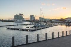 Baía de Cardiff durante o por do sol em Cardiff, Gales fotos de stock
