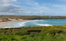Baía de Crantock e praia Cornualha norte Inglaterra Reino Unido perto de Newquay com as ondas na mola Imagens de Stock Royalty Free