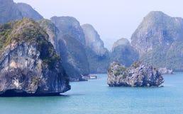 A baía de Halong ajardina, em um dia smoggy enevoado, Vietname, 3Sudeste Asiático Fotografia de Stock Royalty Free