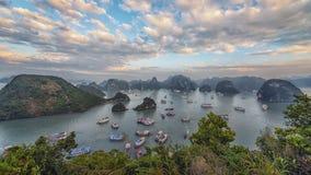 Baía de Halong no por do sol imagens de stock royalty free