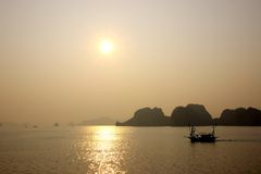 Baía de Halong, Vietname no por do sol Fotografia de Stock