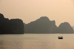 Baía de Halong, Vietname no por do sol Fotos de Stock