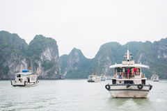 Baía de Halong, Vietname o 13 de março:: Ilhas numerosas na baía de Halong em M Fotografia de Stock Royalty Free