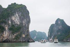 Baía de Halong, Vietname o 13 de março:: Ilhas numerosas na baía de Halong em M Foto de Stock Royalty Free