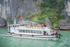 Baía de Halong, Vietname o 13 de março:: Ilhas numerosas na baía de Halong em M Fotos de Stock