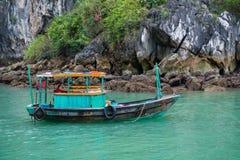 Baía de Halong, Vietname o 13 de março:: Ilhas numerosas na baía de Halong em M Fotografia de Stock