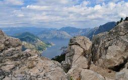A baía de Kotor atrás das rochas imagem de stock