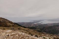 Baía de Kotor das alturas Vista da montagem Lovcen à baía Veja para baixo da plataforma de observação na montanha Lovcen fotografia de stock royalty free