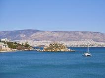 Baía de Mikrolimano e ilha de Nisos Koumoudourou Attica, Grécia imagem de stock